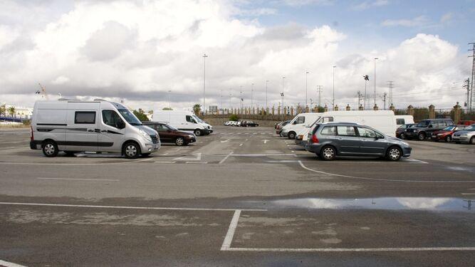 Una imagen del aparcamiento de la Pasarela, donde se ha prohibido el estacionamiento de caravanas.
