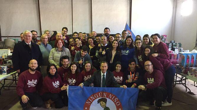 Foto de grupo del alcalde con miembros de la campaña 'Ningún niño sin juguetes'.