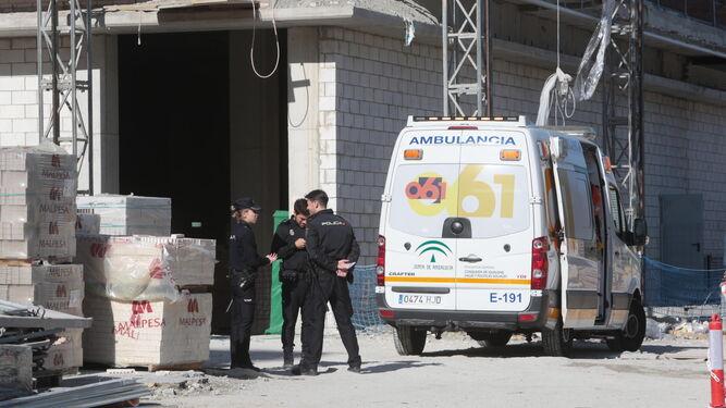 Agentes de la Policía Nacional y una ambulancia del 061 en el lugar de los hechos