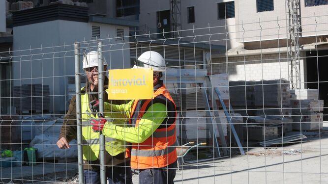 Dos trabajadores, cerrando el vallado perimetral