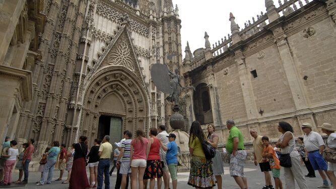 Decenas de turistas guardan cola junto a la catedral.