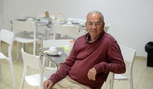 Manuel Mení, en el local de Calor en la Noche donde se sirven los desayunos a las personas sin hogar.