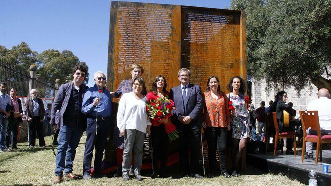 Miembros del  Foro por la Memoria y el ex alcalde Rafael Gómez Ojeda, con el director de Memoria Histórica, Fernando Martínez, junto a las concejalas Matilde Roselló y Mª Eugenia Lara, junto al monumento.