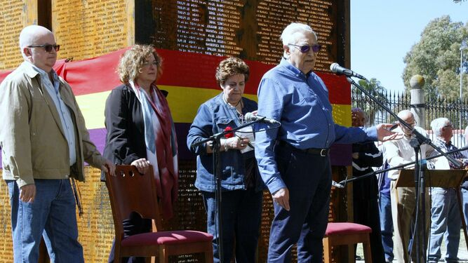Rafael Gómez Ojeda, junto a familiares de represaliados, y Vladimiro Fernández Tovar.