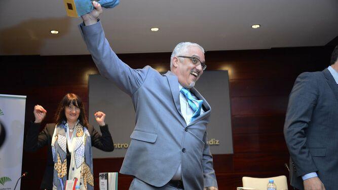 El escritor cubano Enrique del Risco, al recoger el premio por 'Turcos en la niebla'.