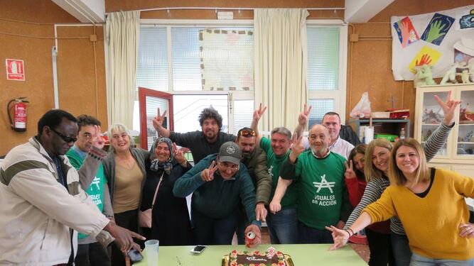 Miembros de Iguales en Acción celebran el segundo aniversario en el IES Columela donde realizan un taller de reciclaje que está activo y abierto a participación.
