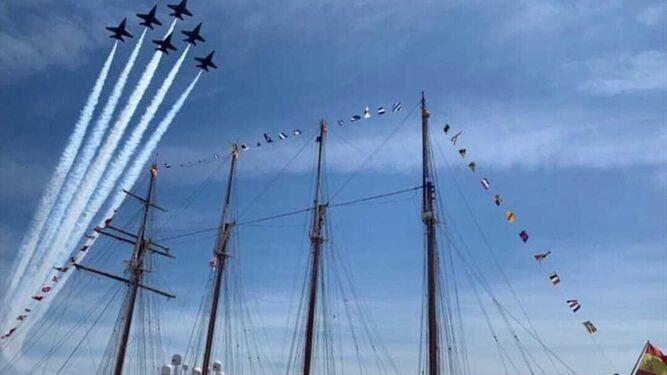 'Blue Angels' sobrevolando al 'Elcano' en Pensacola (EEUU).