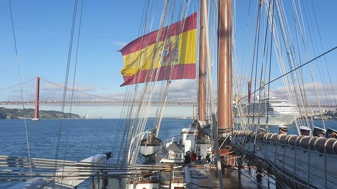 El 'Juan Sebastián de Elcano' llegando a Lisboa.