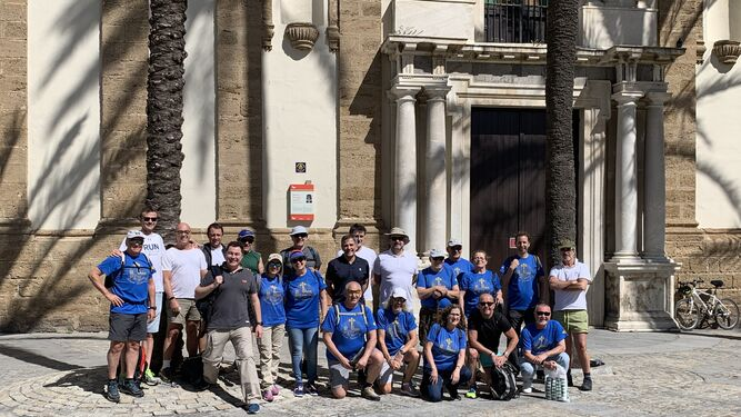 El grupo de peregrinos posa en la plaza de la Catedral de Cádiz antes de iniciar la ruta de la Vía Hercúlea.