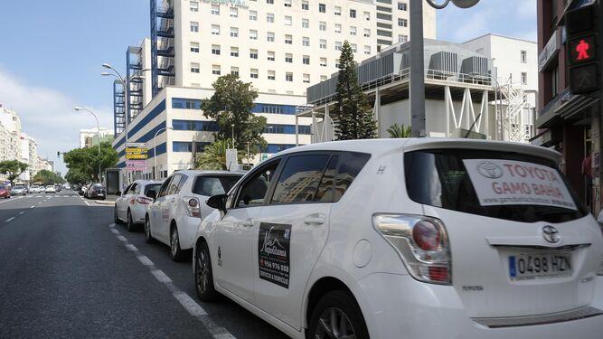 Taxis aparcados la semana pasada en la parada que hay junto al Hospital Puerta del Mar.