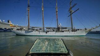 El buque escuela 'Juan Sebastián de Elcano' inicia su crucero de instrucción desde el muelle de Cádiz.