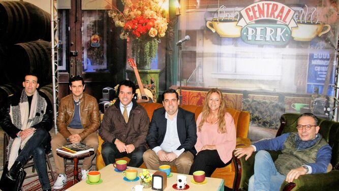 Representantes políticos, junto al CCA y D&G Events, sentados en el mítico sofá de la serie 'Friends'.