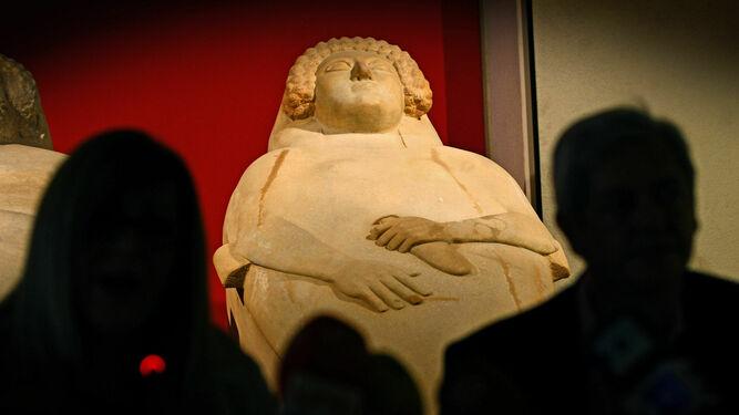 El sarcófago fenicio femenino del museo de Cádiz.