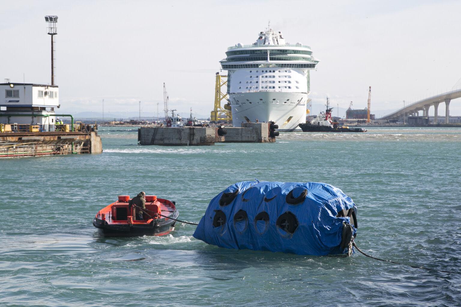 El 'Freedom of the Seas' entra en el dique de Navantia tras amainar el temporal