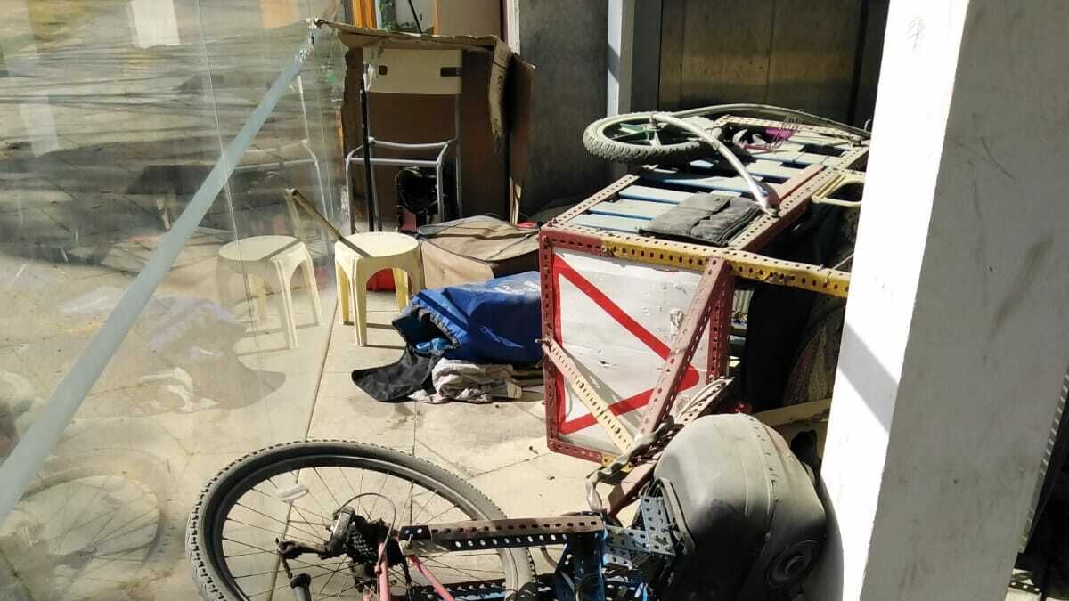 Al portugués errante le agredieron y le quemaron la bici musical en Cádiz y huyó a La Isla