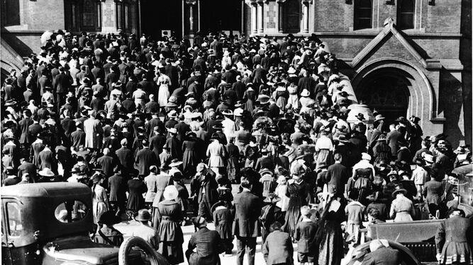 Aglomeración de personas rezando en una iglesia de California para detener la epidemia de gripe de 1918. Estas plegarias eran focos de contagio