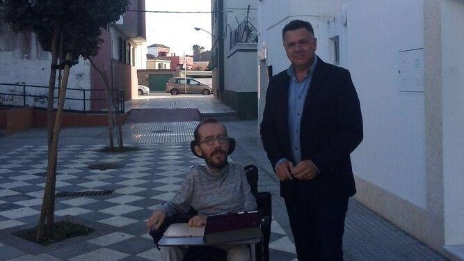 Juan Antonio Delgado, junto a Pablo Echenique en el barrio isleño de La Ardila el pasado noviembre.