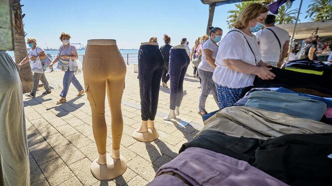 Mitades de maniquies exponen una colección de 'leggings' en uno de los puestos.