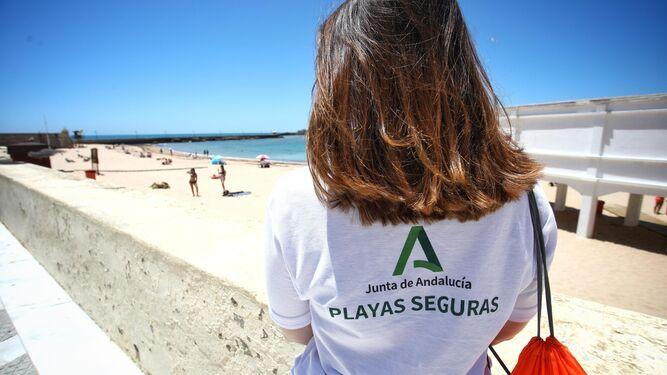 """""""No somos vigilantes ni guardias civiles; nuestro trabajo es informar y concienciar sobre seguridad en las playas"""" Auxiliares-playa-Caleta_1474063373_122726632_667x375"""