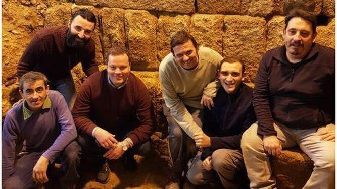 El equipo de descubridores del muelle del puerto de Gadir.