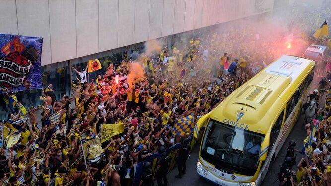 Momento en que el autobús del Cádiz llega al Carranza.