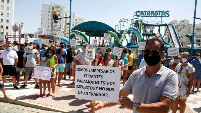 Los feriantes de Valdelagrana, comerciantes y vecinos, este lunes en el paseo marítimo.