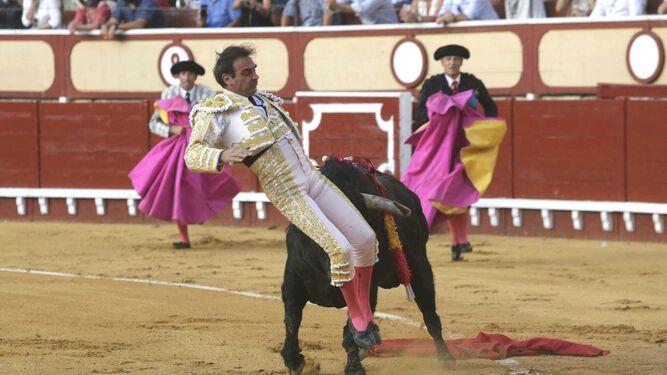 Susto de Enrique Ponce en la plaza de toros de El Puerto