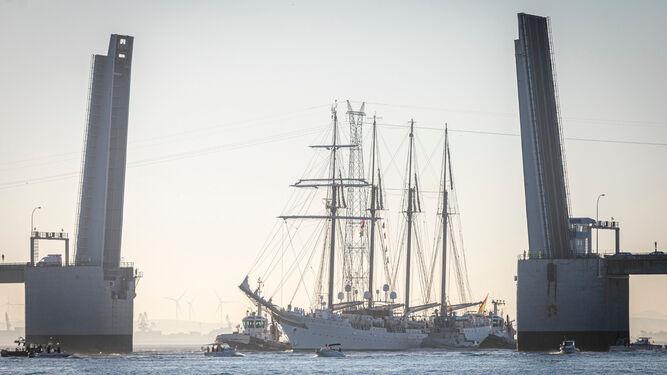El buque Juan Sebastián Elcano, por el puente Carranza abierto para su paso.