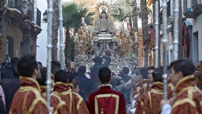 La Virgen de la Palma a la salida de su templo.