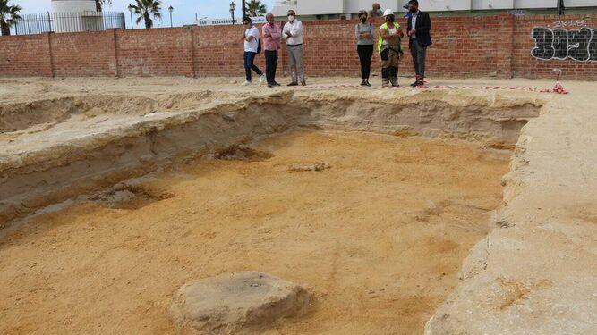 Las autoridades visitan los restos localizados en la excavación.