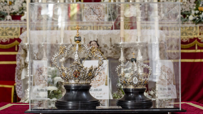 Las coronas de coronación de San José y del Niño, expuestas en la parroquia gaditana.