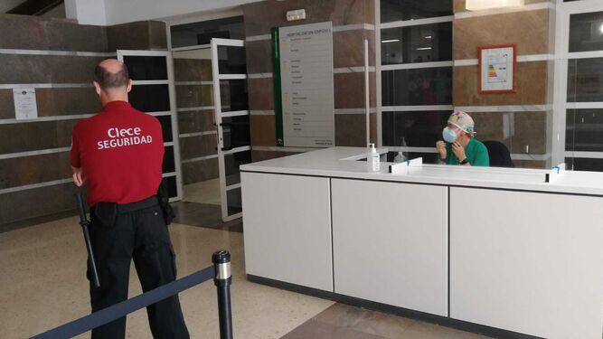 El Hospital de Puerto Real limita las visitas de familiares para evitar la entrada del virus