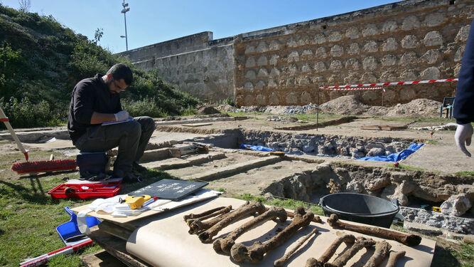 Una imagen de los trabajos de exhumación de restos de represaliados en el cementerio de San José.