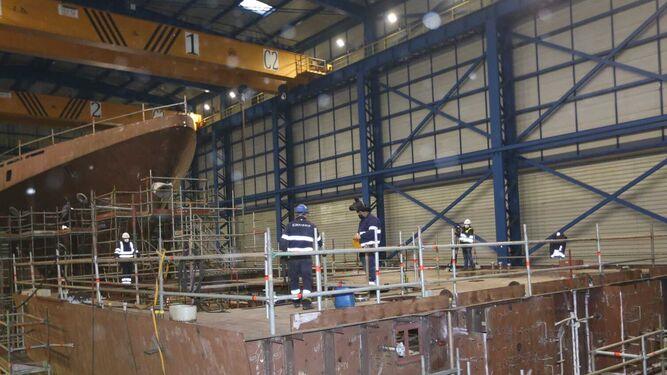 Uno de los talleres del astillero de Navantia San Fernando en los que se construyen las corbetas para Arabia Saudí.