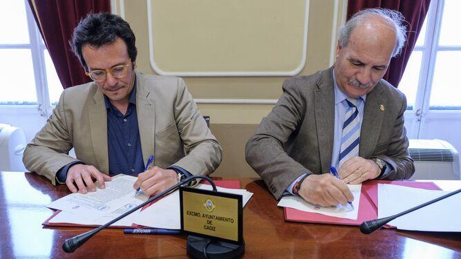 El alcalde de Cádiz, José María González 'Kichi' firma un convenio con el presidente del Consejo de Hermandades, Juan Carlos Jurado. reafirma su apoyo económico a las cofradías
