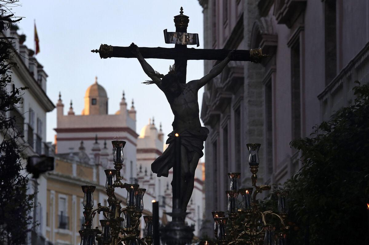 El Cristo de la Vera-Cruz avanza por la avenida 4 de Diciembre de 1977.