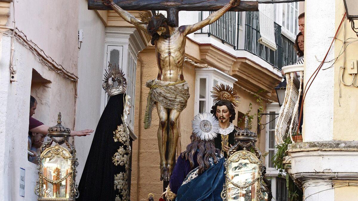 El Crucificado de la Piedad atraviesa la estrecha calle Santiago.