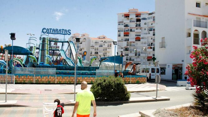 Una imagen de las atracciones instaladas el pasado verano en una de las bolsas de aparcamiento de Valdelagrana.