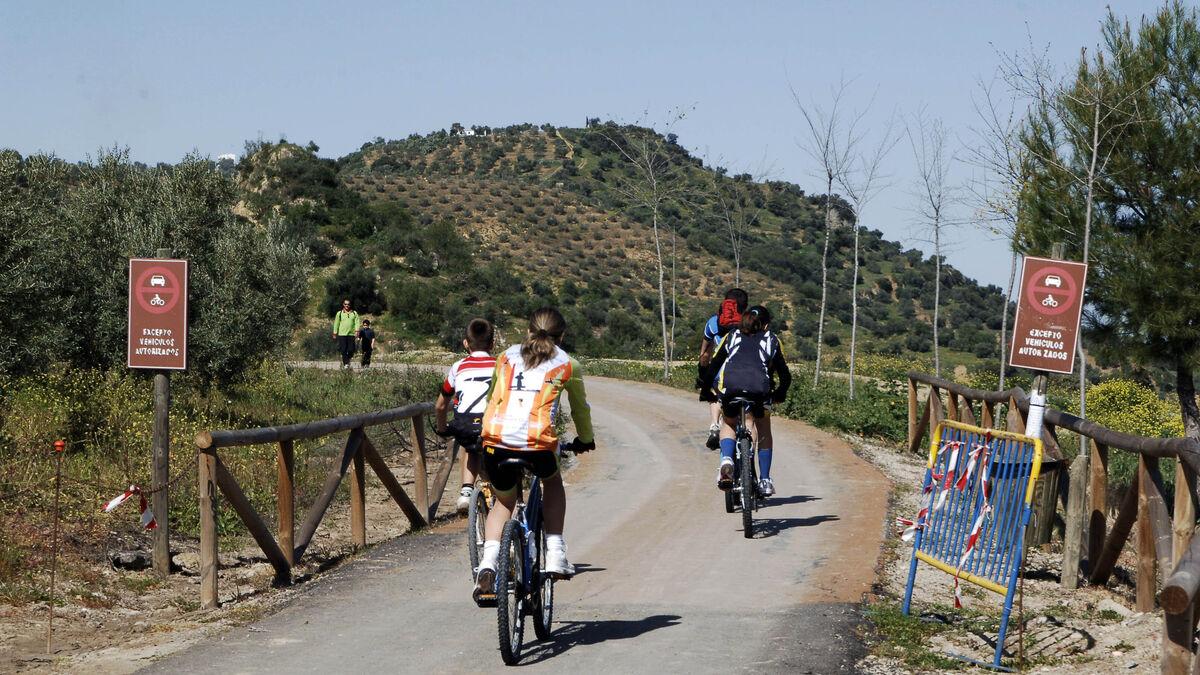 Visitantes disfrutando de la Vía Verde de la Sierra