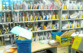 La correspondencia se acumula en la oficina de correos en for Oficina correos cadiz